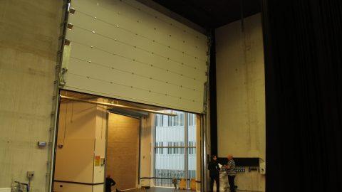 Großes geräuschisolierendes vertikales Schiebetor - Rw und STC; Theater Tor hinter den Kulissen