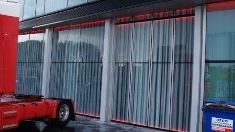 Spezielle Glas-Sektionaltore in der bündigen Fassade des Theater de Kom