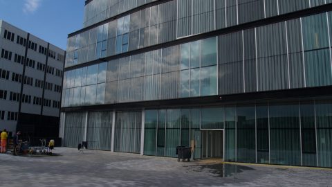 Spezielle Glas-Sektionaltore für ein Theater: de Kom